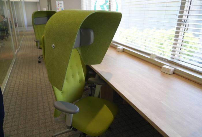 ナレッジソサエティにある変わったデザインの椅子の写真
