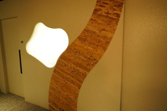 会議室に空いた小窓から漏れる明かり
