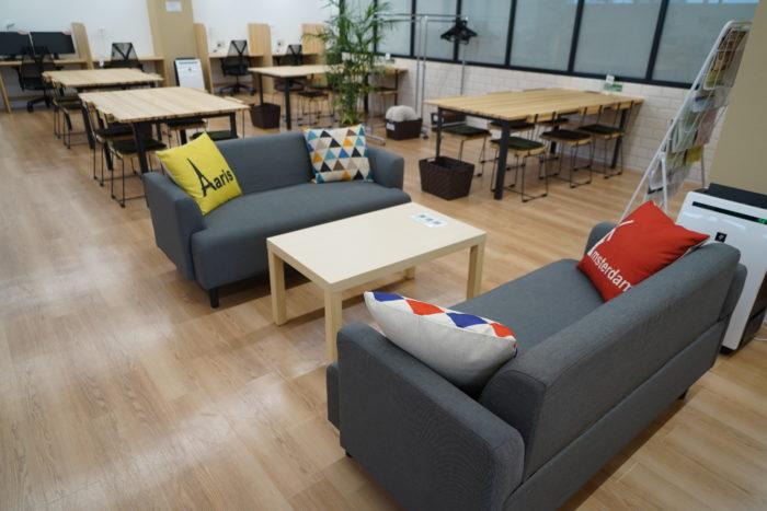 休憩スペースのソファ