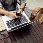 カフェでインターネットFAXを送受信する男性
